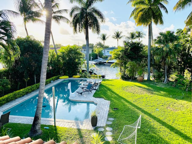 New! - Waterfront Villa w Pool in Middle of Miami!