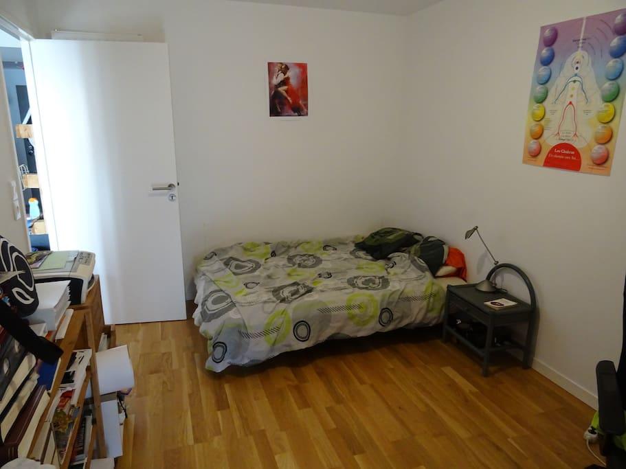Il y a 2 chambre avec un lit 2 places dans chaque chambre ( 1 lit + 1 clic-clac). Une des chambre donne sur la terrasse.