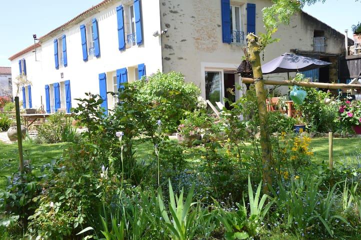 Une maison dans un joli petit bourg de campagne - Bournezeau - Hus