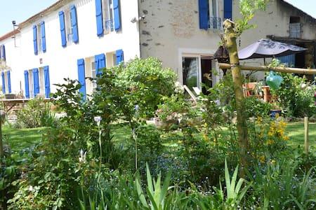 Une maison dans un joli petit bourg de campagne - Bournezeau