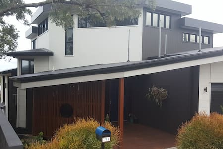 Modern granny flat and pool in lovely Yeronga home - Yeronga - Дом