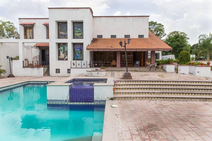 Amplias habitaciones privadas en lujosa casa