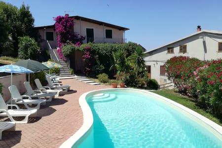 Casa vacanze con piscina e vista del paese