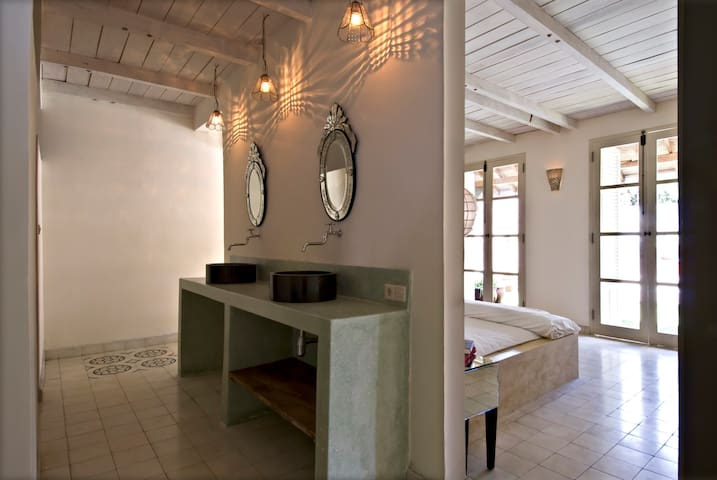 Gold villa: Large bathroom area