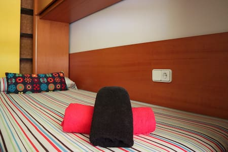 Clean, big & sunny room in the center w/WIFI - 塔拉戈納 - 公寓