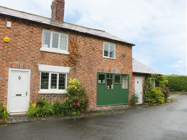 MILL LANE COTTAGE, country holiday cottage in Tarvin, Ref 943487