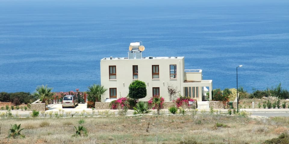 Sea Cliff villa, sleeps up to 8, POOL, WiFi & AC