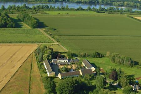 Dans une ancienne ferme du château de Sully/Loire - Sully-sur-Loire