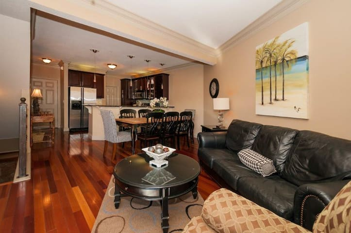 Pet Friendly Home Steps from the Beach~ FREE Parasailing~