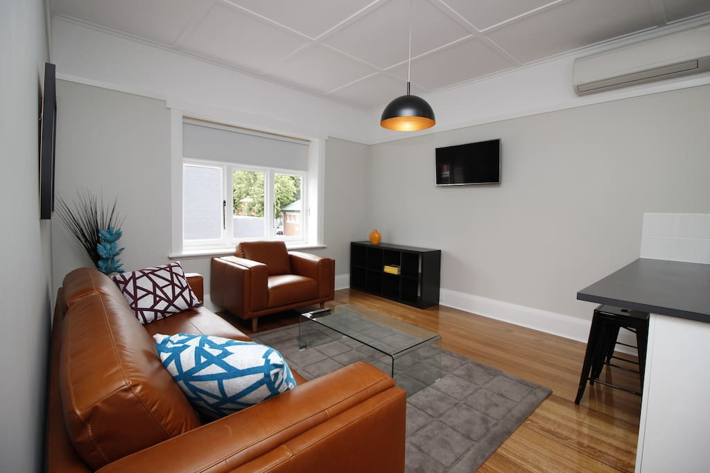 Os parking walk to the city restaurants apt 1 for Best private dining rooms hobart