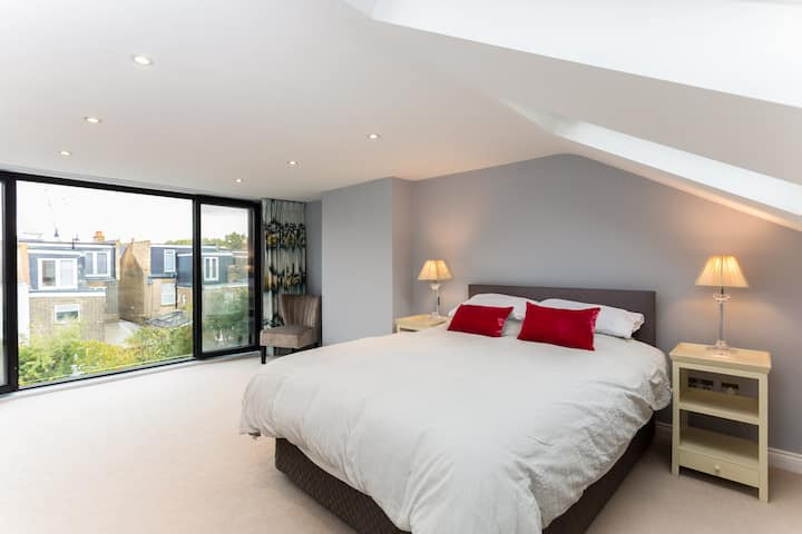 Huge room & en suite in beautiful house