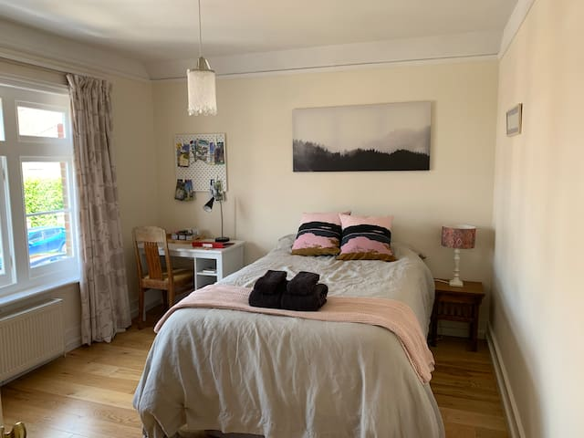 Peaceful double bedroom near the train station