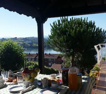 Una casa familiar con las vistas al mar - Bed & Breakfast