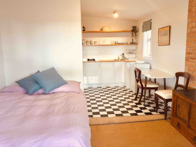 Great Sunny Warm Selfcontained Bedsit