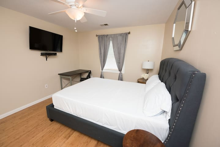 Private Room 2 Queen Bed/ Fast WiFi/ 4kTV Netflix