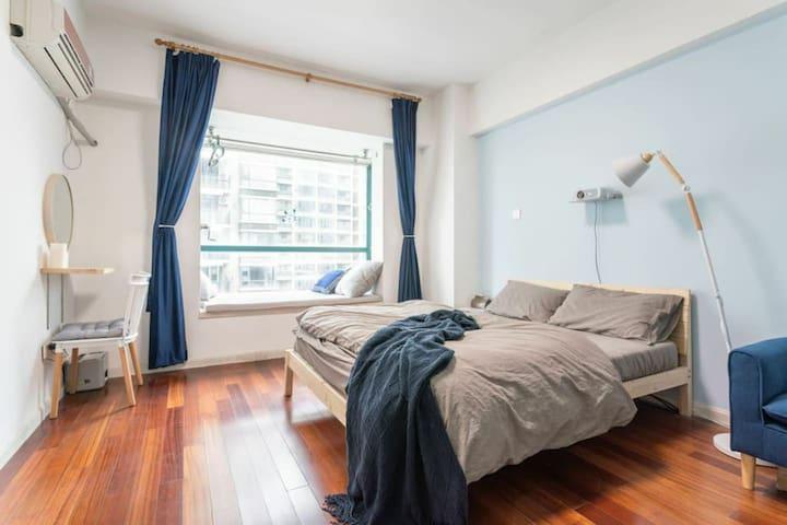 《蓝气球》朗诗502市中心的公寓 落地窗地铁1号线300米  新街口.夫子庙7分钟 南站20分钟直达