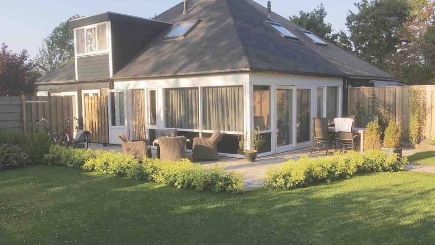 Knusse bungalow met infrarood cabine en grote tuin