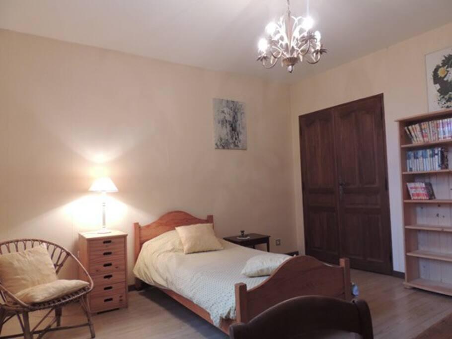 La chambre jaune avec 1 ou 2 lits simples