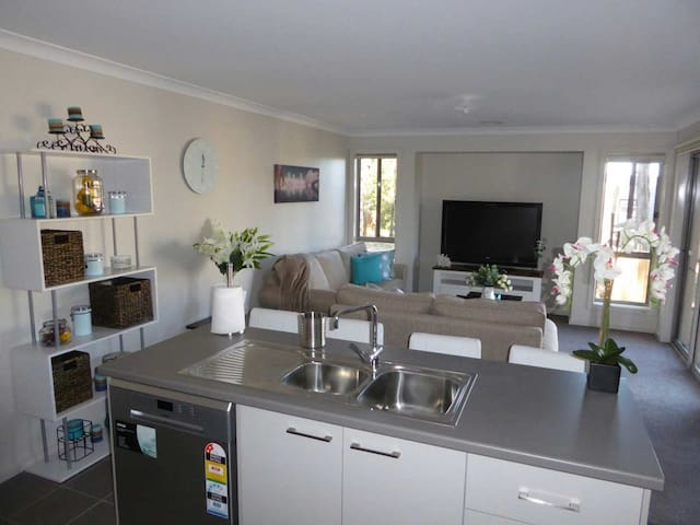 Modern 3 bedroom 2 bathroom house in Golf Resort - Creswick