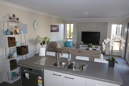 Modern 3 bedroom 2 bathroom house in Golf Resort - Creswick - Hus