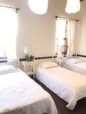 Üç tek yataklı oda