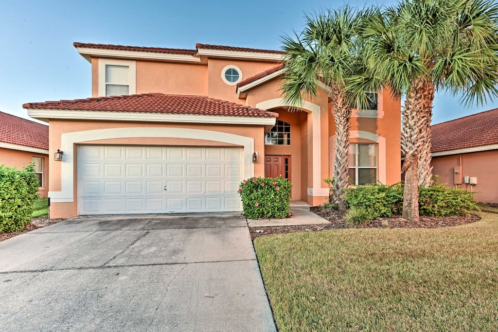 This 6-bedroom, 3.5-bath home sleeps 14 guests just 20 minutes from Disney!