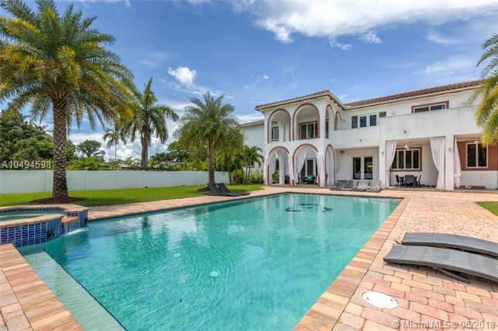 Luxury Mansion in Miami - Theatre, Pool, Jacuzzi