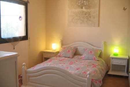 Chambre lit double dans maison - Crozon