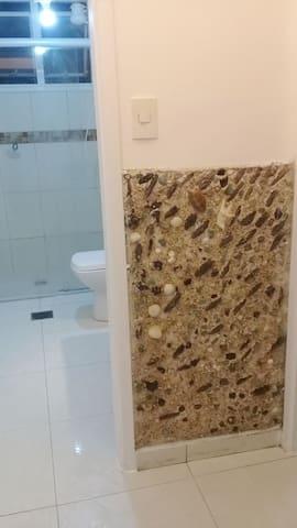 Banheiro com parede esterna decorativa