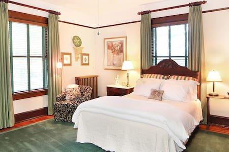 Private room (Armfield) in elegant, historic B&B - Greensboro - Bed & Breakfast