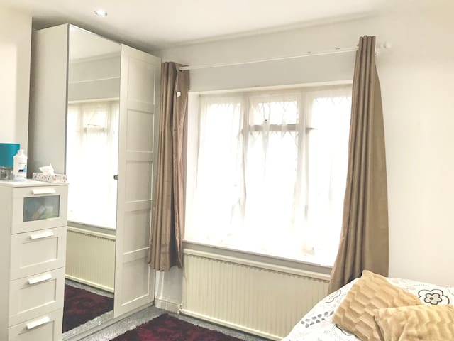 Large Room Conveniently in London Zone 5.