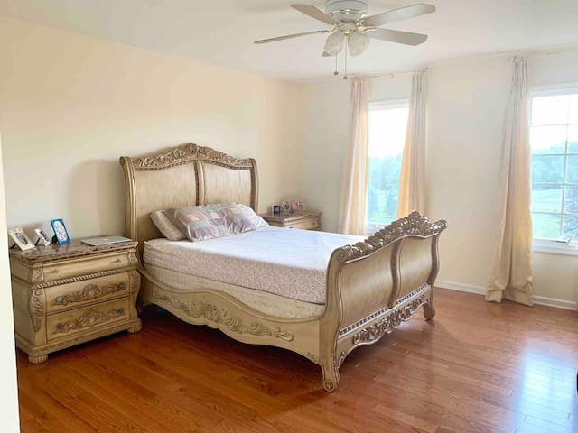 Queen Bed w/memory foam mattress, comfortable pillows, extra comforters and all bed linens are provided. Ceiling fan circulates air in the room while AC is on