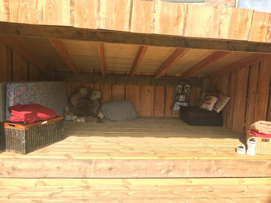 Rummelig shelter med madrasser til 5 personer. Deiverse tilbehør til udendørs madlavning over bål medfølger og kan benyttes under opholdet