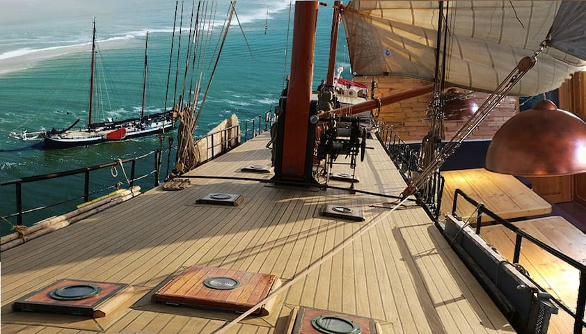 Double cabin on sailing ship 20 min to center No 6