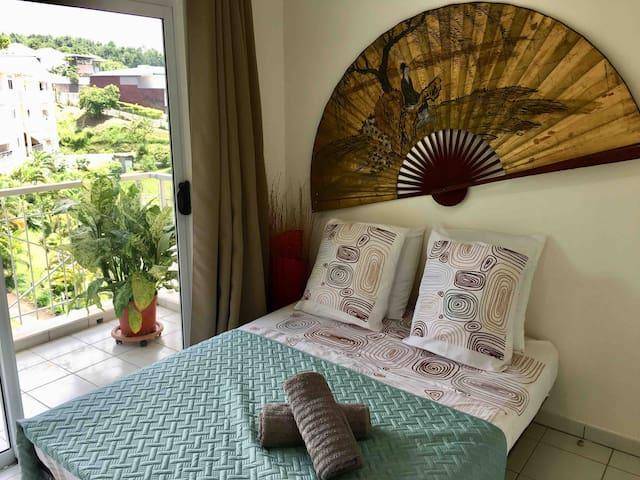 2ème chambre avec lit 140x190cm et accès à un balcon **** 2nd bedroom with double bed and balcony access