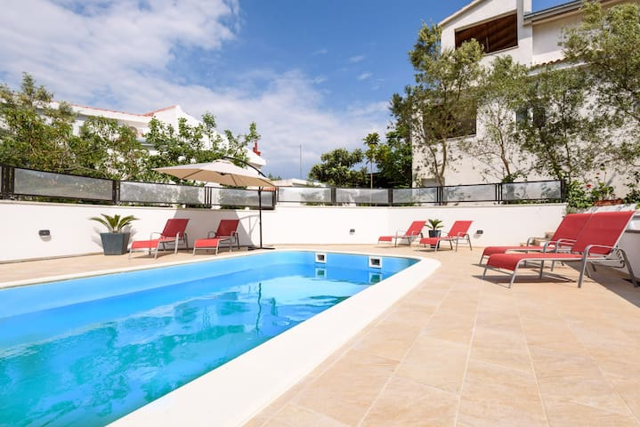 Apartment with a pool, 90 meters nice beach A6-II
