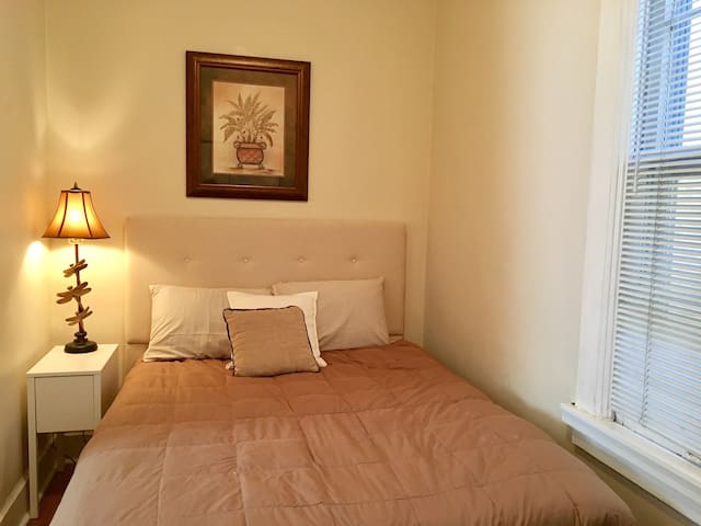 Beige Rm w/ Private Bath, 5 min to train