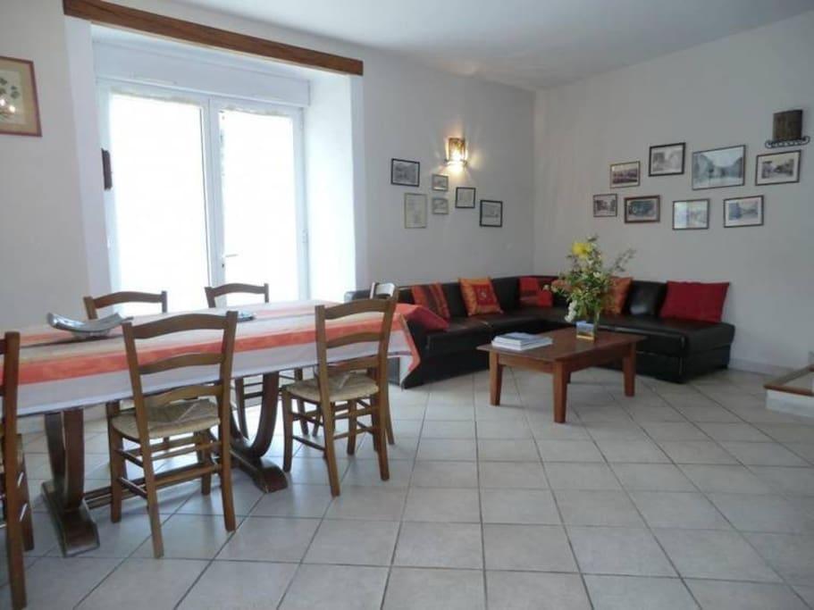 RDC Entrée depuis la terrasse dans le salon/salle à manger - Accès vers le 1er étage