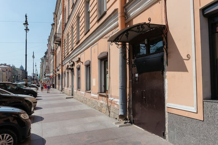 Вход с улицы Кирочной, справа от стоматологии