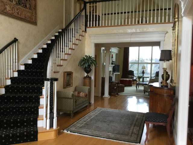 Lovely Large Home/ 15 miles from Churchill Downs - Louisville - House