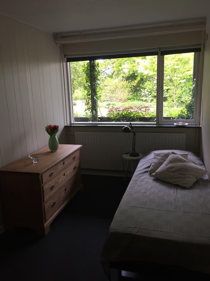 Hyggeligt værelse i rolige omgivelser
