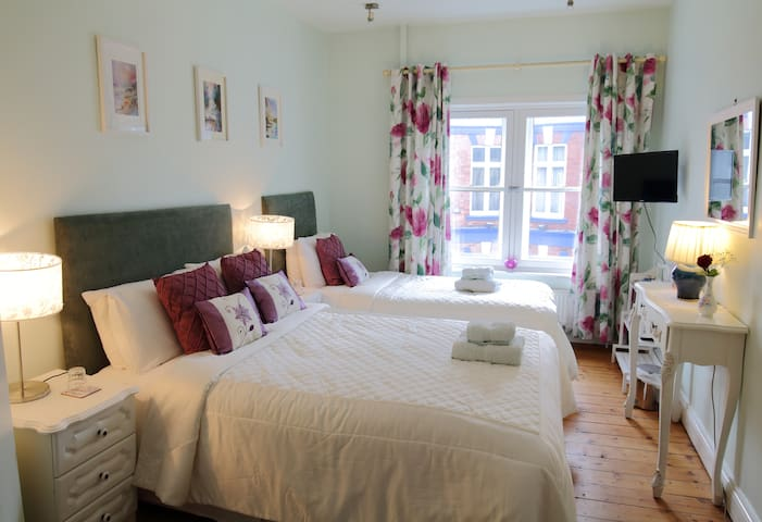 """""""OneTwo Five"""" Townhouse - The Green Room B&B"""