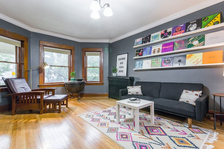 CUTEST EVER 2BR, Heart of Oak Park, steps to train