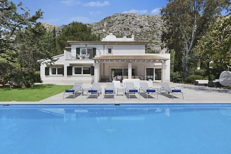 A Luxury 5 bedroom family villa with large pool