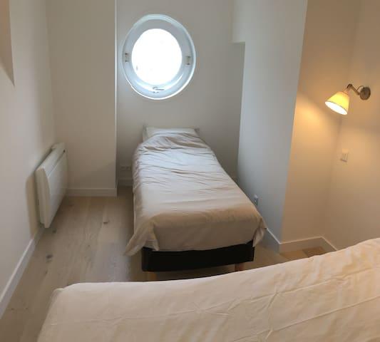 """La chambre  du bas avec la vue sur       """"l Heliantal"""", le centre de Thalassothérapie."""