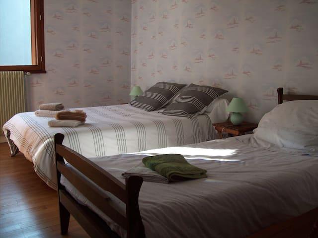 Chambre 1er étage avec lits 140 et 90