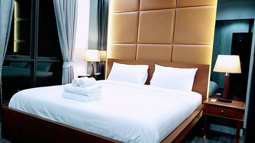 Luxury 45sqm room+king size bed+pool+next to BTS