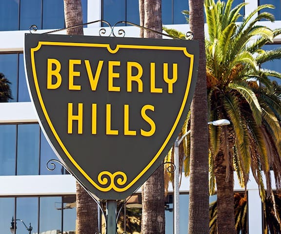 ATTRACTIVE BEVERLY HILLS LIVING W/PARKING BY RODEO