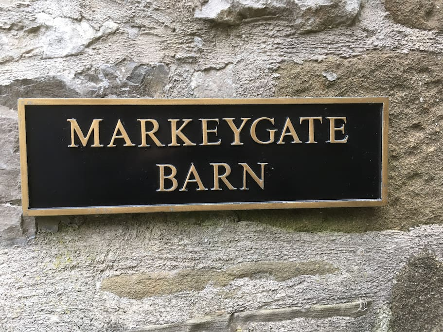 Markeygate Barn - spacious 2-bedroom,2-bathroom 17th century cottage in secluded courtyard