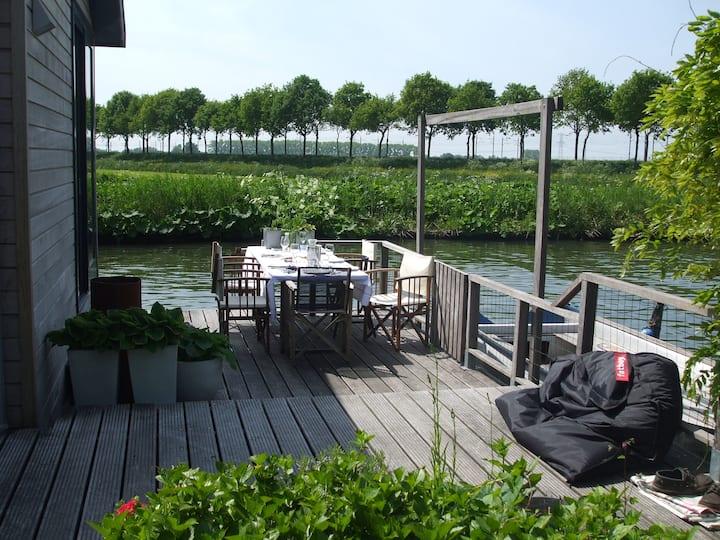 Houseboat in Nieuwersluis, Living on water